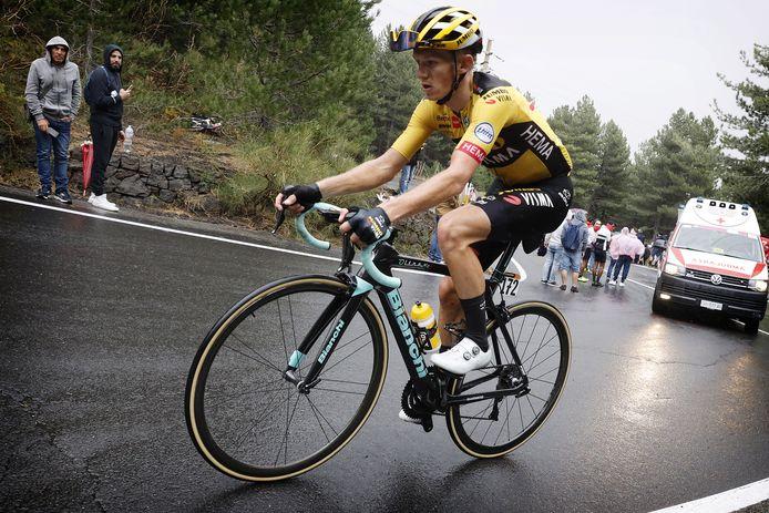 Koen Bouwman beklimt de Etna tijdens de laatste editie van de Ronde van Italië.