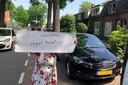 Protest tegen het spuiten tegen de eikenprocessierups door de gemeente Oisterwijk. Op de site van PRO staat niet wie het bord omhoog houdt.