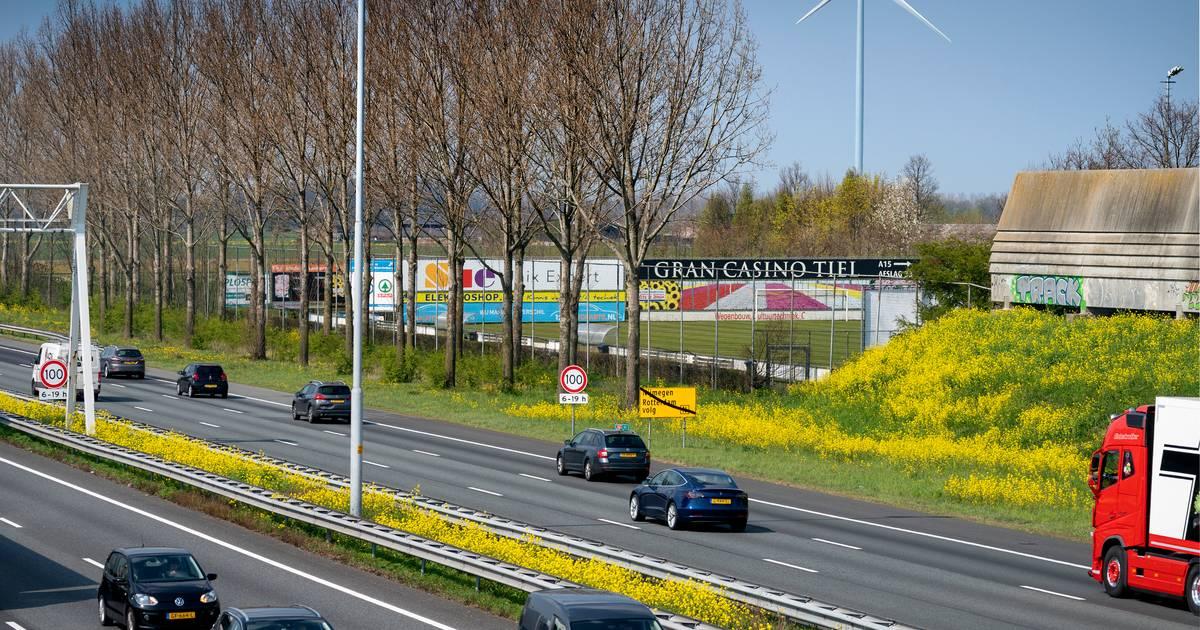 Traumaheli landt op A2 bij Waardenburg, snelweg dicht na ongeluk.