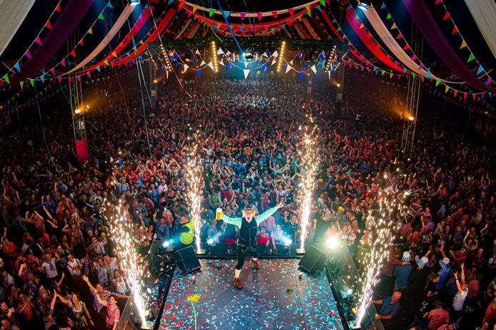 Een bomvolle feesttent tijdens een eerdere editie van Het Foute Oktoberfest in Nijmegen.
