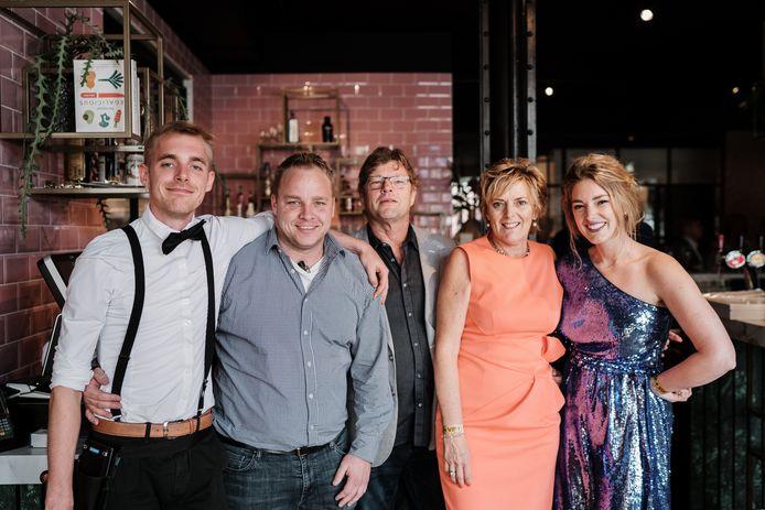 Andreas Tabor (tweede van links) met zijn familie, die Hotel Amerika én Mijn Torpedoloods in Hoek van Holland runt.