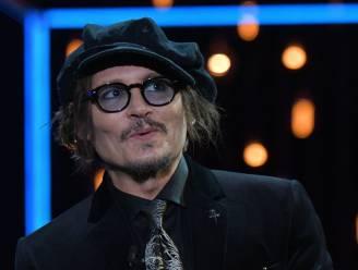 """""""We geloven jou!"""" Fan spreekt steun uit voor Johnny Depp tijdens prijsuitreiking"""