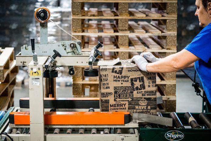 Bij horecagroothandel Sligro worden jaarlijks duizenden kerstpakketten ingepakt. Hobij maakt er nu lentepakketten van, om het bedrijf de coronatijd door te helpen.