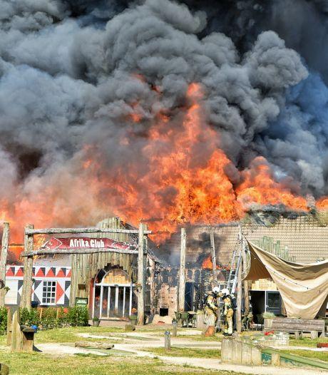 Zeer grote brand op vakantiepark Beekse Bergen verwoest hoofdgebouw, sloopwerk begonnen