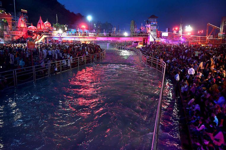 Tijdens het feest van Kumbh Mela in Haridwar komen hindoes samen om in de Ganges te baden. Beeld AFP