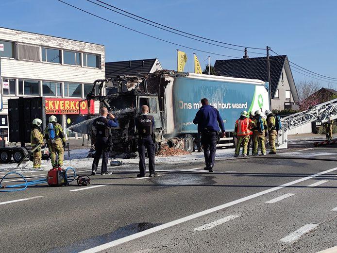 De cabine van de vrachtwagen brandde volledig uit