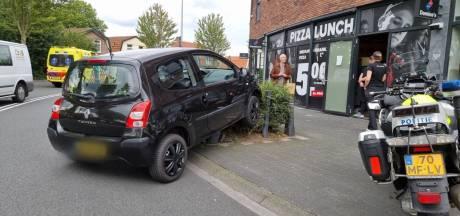 Automobilist rijdt bijna pizzeria binnen in Hengelo