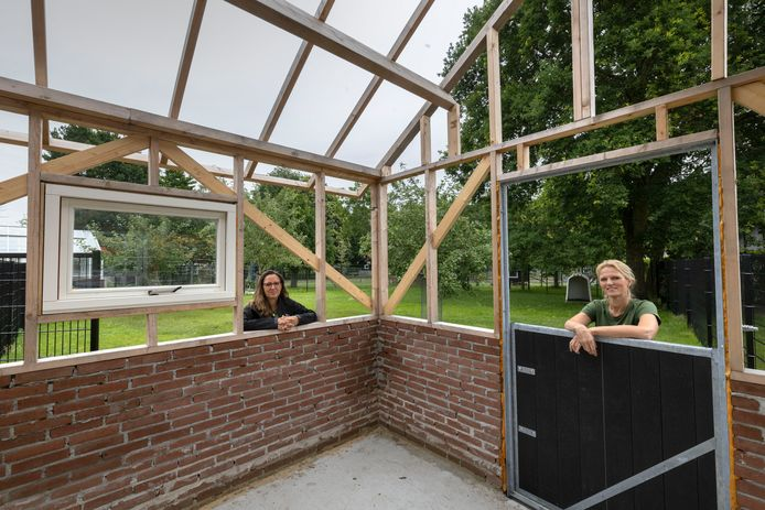 Er wordt stevig gebouwd op de Keldershoeve van Severinus. Links Heidi Berkvens, rechts Edith van der Burgt.