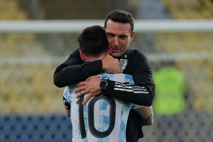 Lionel Messi in de armen van bondscoach Lionel Scaloni.