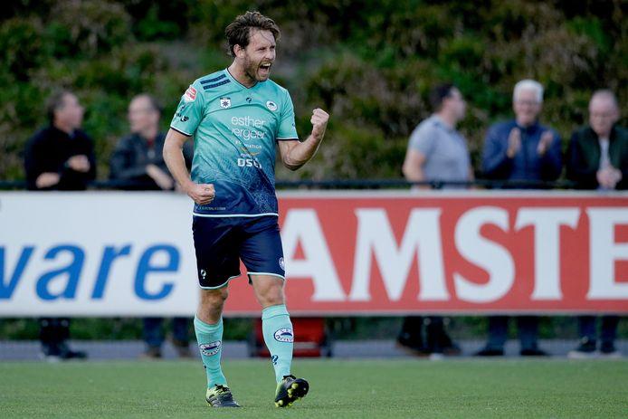 Thomas Verhaar van Excelsior Rotterdam viert zijn doelpunt.