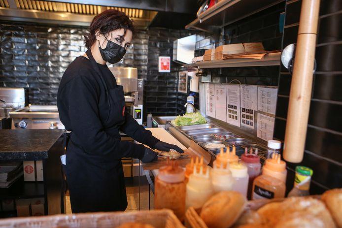 Karima Taouatu, zaakvoerder van Johnny's Burger op het Sint-Pietersplein.