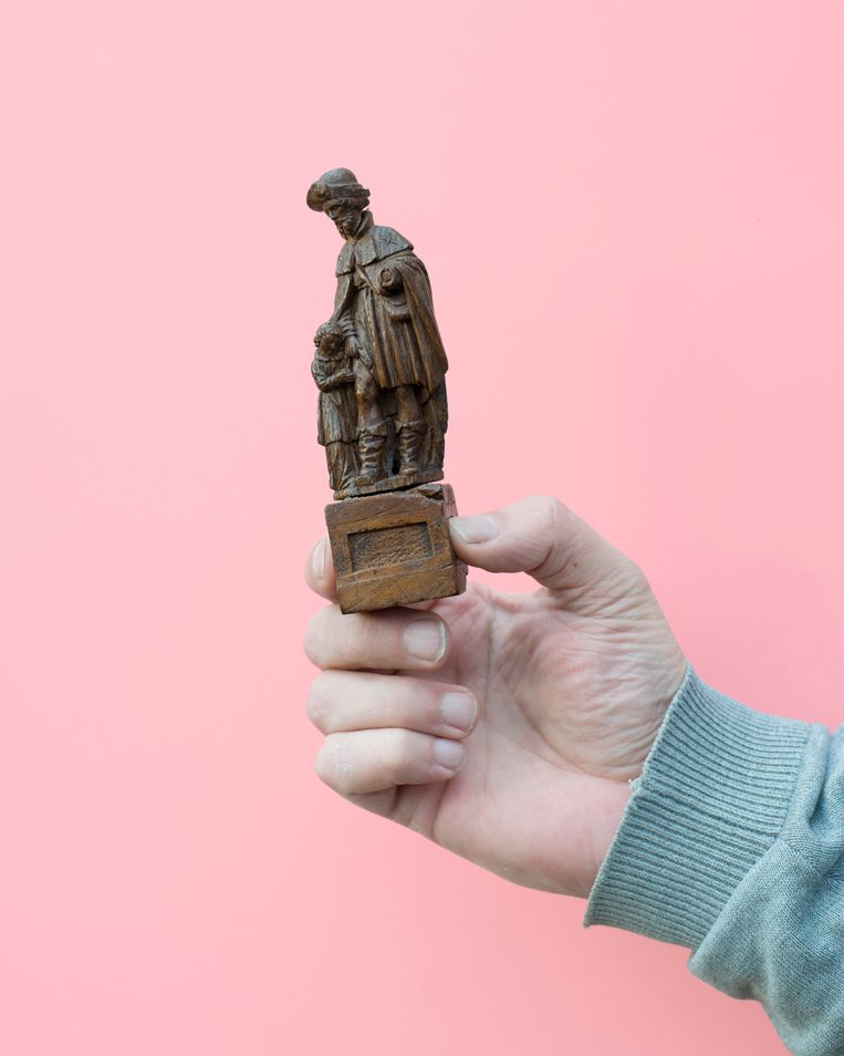 Bert met het 16de-eeuwse beeldje dat volgens de experts van 'Tussen kunst en kitsch' 1.500 euro waard is.  Beeld Annabel Miedema