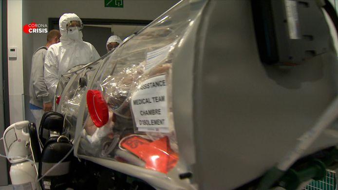 Coronapatiënten worden in het Luikse CHC-ziekenhuis vervoerd in hermetisch afgesloten plastic kokers.