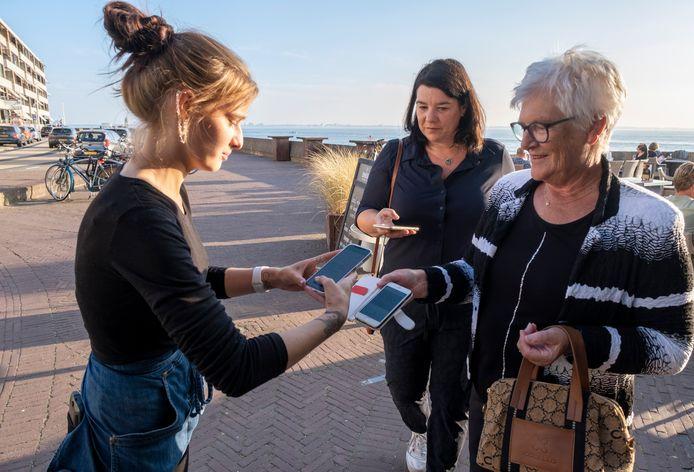 Katrina Tropa controleert de QR-code van Bianca Smeets en haar moeder