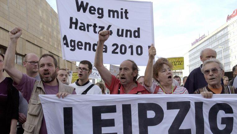Duitsers demonstreren in augustus 2004 in Leipzig tegen Agenda 2010. De arbeidsmarkthervormingen worden gezien als oorzaken van de groeiende armoede onder Duitse gepensioneerden. Beeld afp