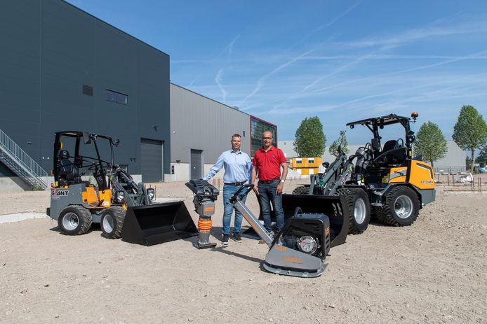Toine Brock, eigenaar/directeur van Tobroco (rechts) en Jan Alwin Ulderink, directeur ULBO Machinery poseren tussen de machines.
