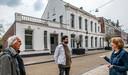 Hoofdrolspelers in de nieuwe functie van het witte Harmoniegebouw: Bert van Herreveld (museum Kessels), Lucas Smits (horeca) en Anita de Haas (voorzitter vereniging die eigenaar is).