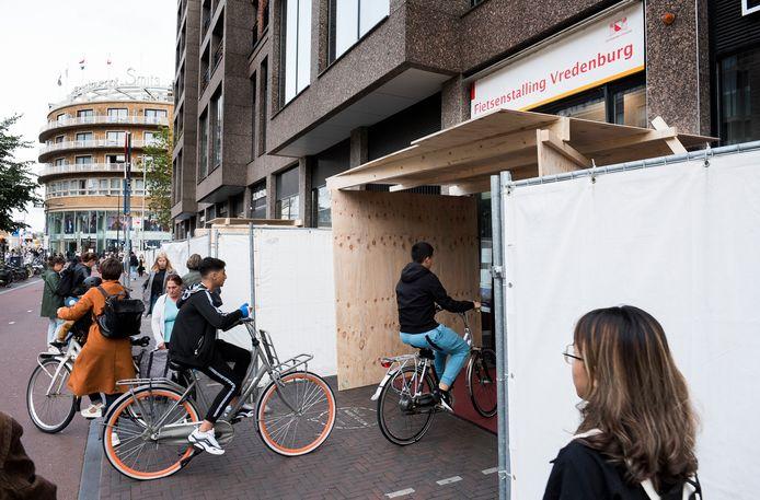 Boven de ingang van fietsenstalling Vredenburg is een afdakje gemaakt, voor het geval er nog meer stenen naar beneden vallen. Om het hele gebouw staan afzethekken.