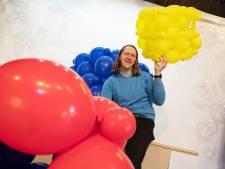 Ballonkunstenaar Guido verlegt grens op Doetinchems festival met 'kubuspodium' van 100.000 ballonnen