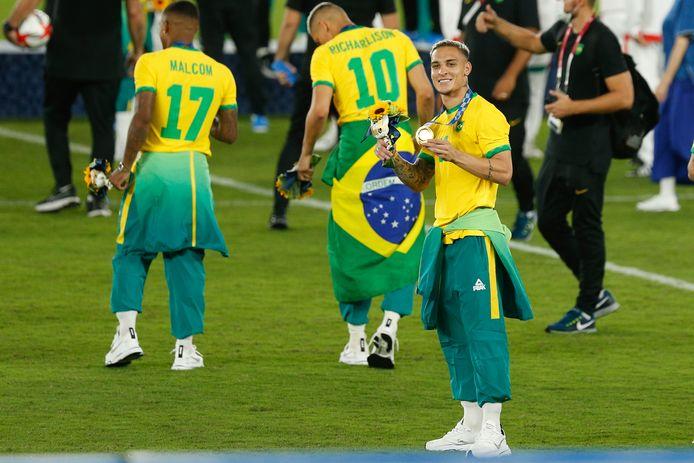 Antony straalt met zijn gouden medaille in Yokohama, waar de nationale ploeg van Brazilië in 2002 al de WK-finale van Duitsland won.