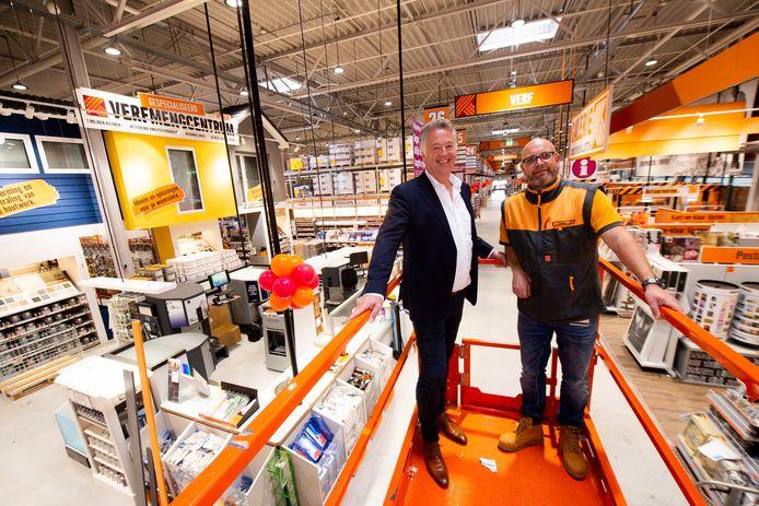 Directeur Evert de Goede (links) van Hornbach Nederland en vestigingsmanager Gerben Hofland.