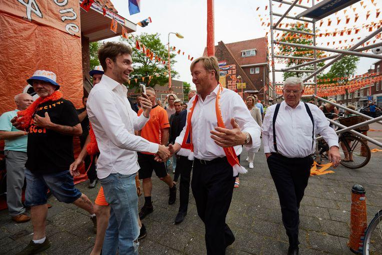 Koning onder vuur na schenden coronaregels bij bezoek aan 'Oranjestraat' Beeld Getty Images