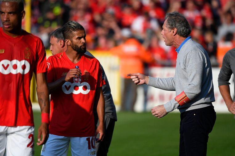 Preud'homme geeft instructies aan Carcela in de hoop zijn ploeg weer aan het voetballen te krijgen. Beeld Photo News