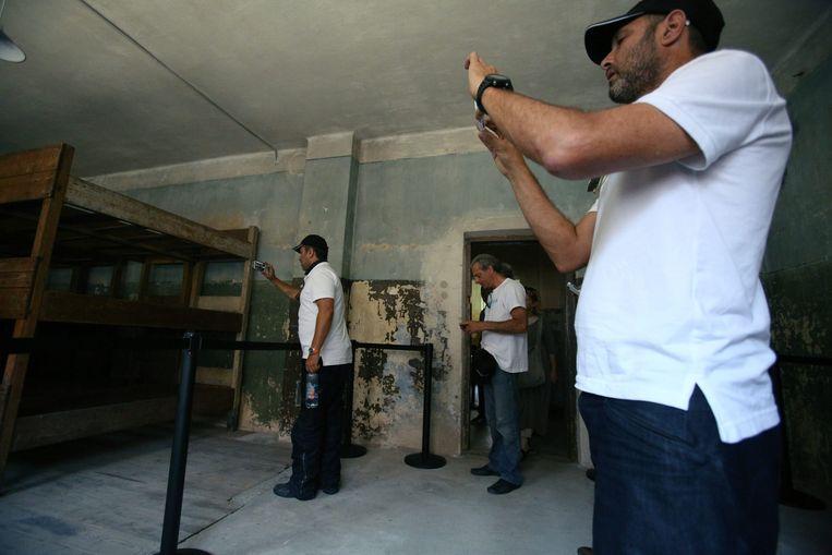 Een groep Israëlische motorrijders bezoekt het voormalige concentratiekamp Auschwitz. Beeld null