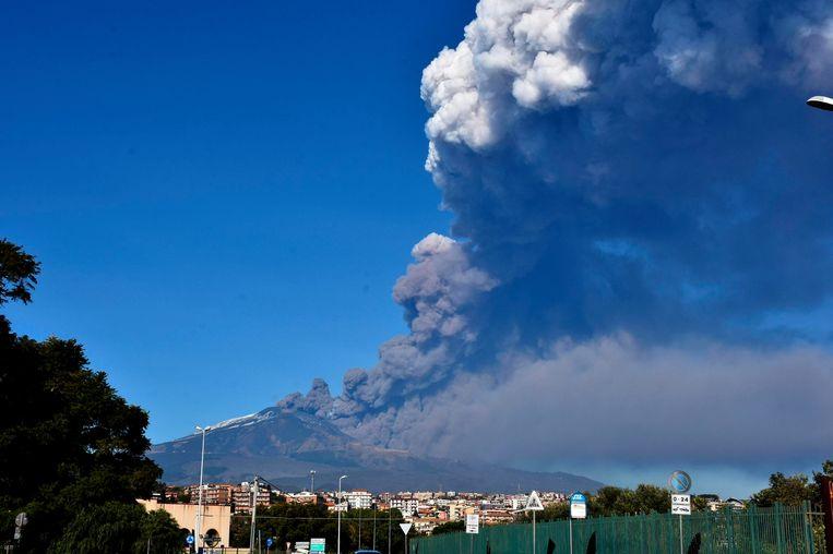 Er is een bijzonder hoge seismische activiteit geregistreerd van de Etna. Lava en assen worden uitgespuwd. Beeld AP