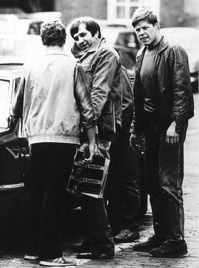 Omgeven door een arrestatieteam wordt Slobodan Mitric in 1985 van de gevangenis in Maastricht naar het perscentrum in Den Haag gebracht om de presentatie van zijn boek 'Nederlandse maffia' bij te wonen. © ANP Beeld