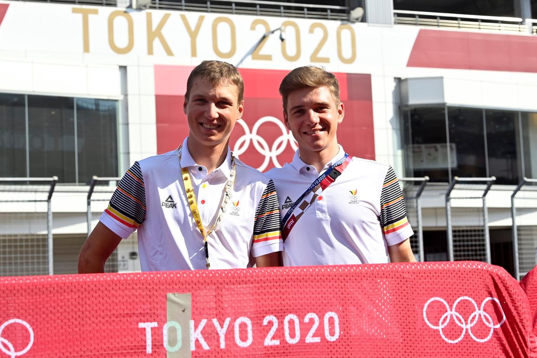 Mauri Vansevenant en Remco Evenepoel poseren aan de Fuji International Speedway in Shizuoka, Japan. Beeld Photo News