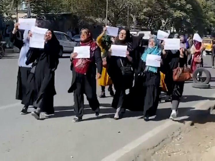 Vrouwen protesteren voor recht op onderwijs in Kaboel: 'Wij zijn stem van het volk'