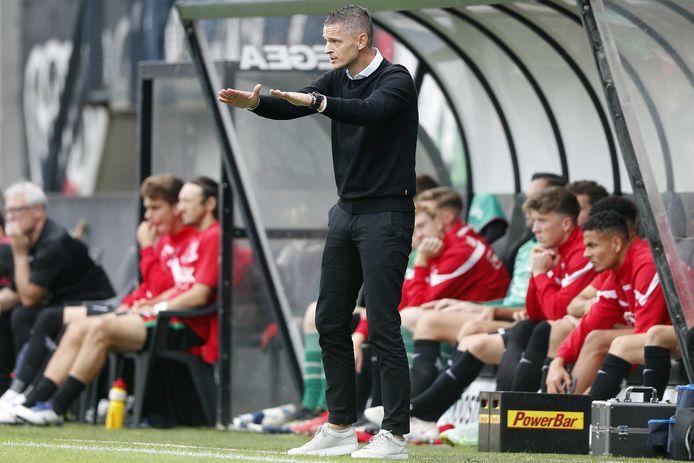 NEC-trainer Rogier Meijer geeft aanwijzingen aan zijn spelers tijdens de wedstrijd tegen Willem II.