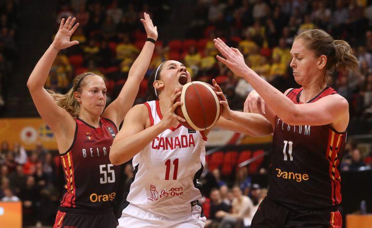 Belgian Cats Julie Allemand (links) en Emma Meesseman verdedigen op Natalie Achonwa van Canada. Beide basketbalteams zijn van de partij op de Spelen. Beeld BELGA