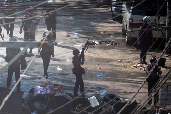 Veiligheidstroepen in actie tijdens een van de protesten in Myanmar.