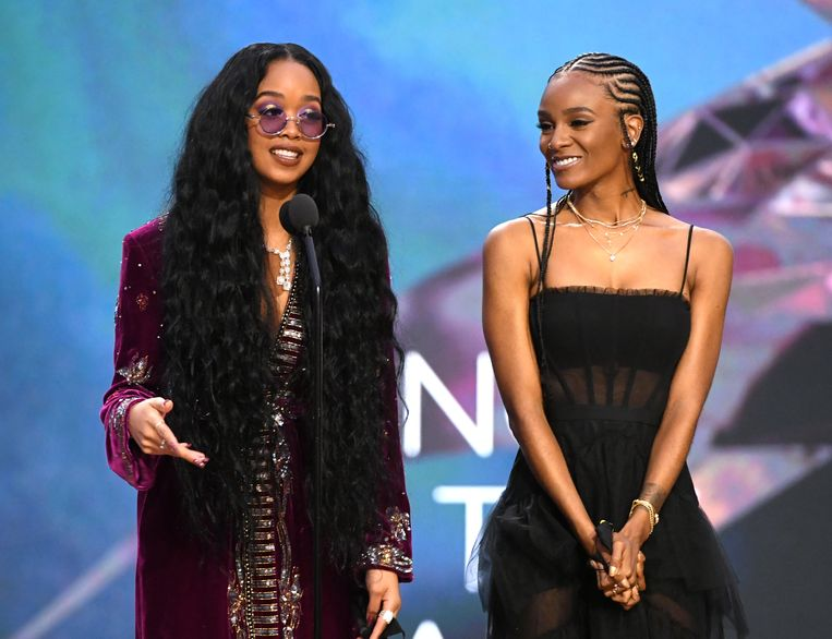 H.E.R. and Tiara Thomas accept the Song of the Year award for 'I Can't Breathe'  Beeld Getty Images for The Recording A