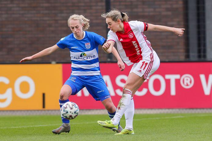Cheyenne van den Goorbergh, links, in duel met Ajax-aanvoerder Marjolijn van den Bighelaar - neemt na een seizoen alweer afscheid van PEC Zwolle.