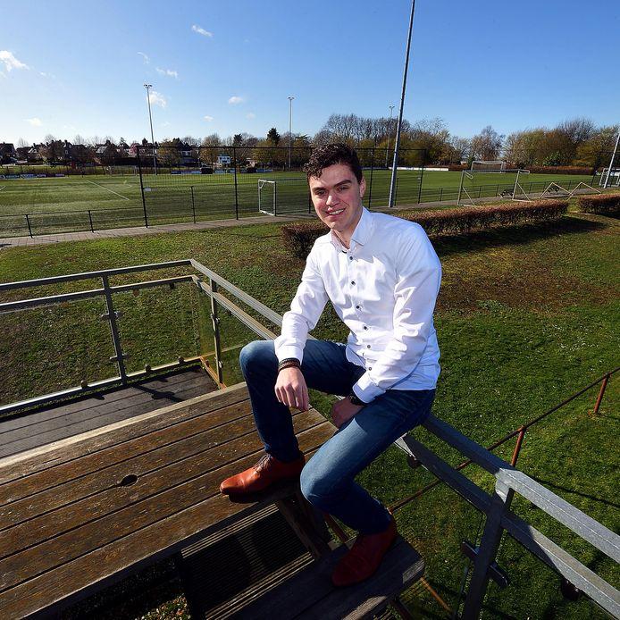 Jeroen van der Ha zit graag op het terras van zijn voetbalclub WVV'67 in Woensdrecht.