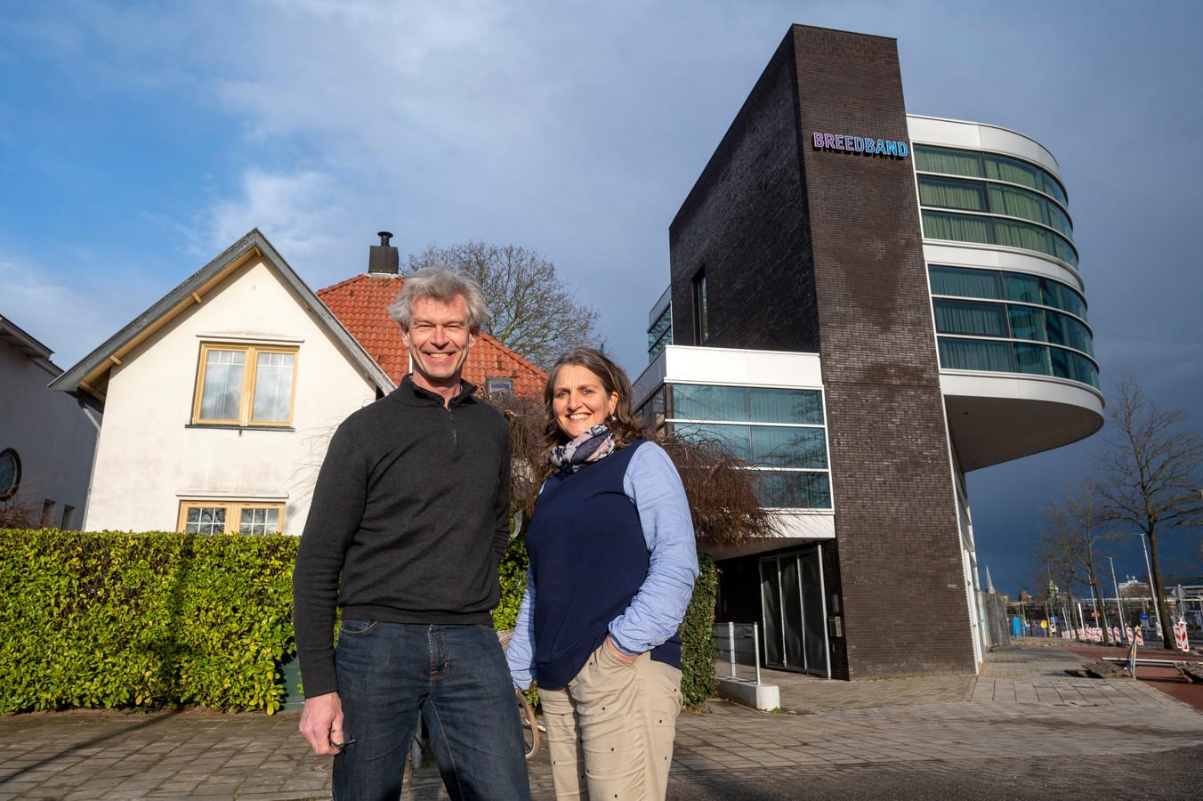 Coen en Berber Esmeijer wonen naast nieuw kantoorpand van Breedband.
