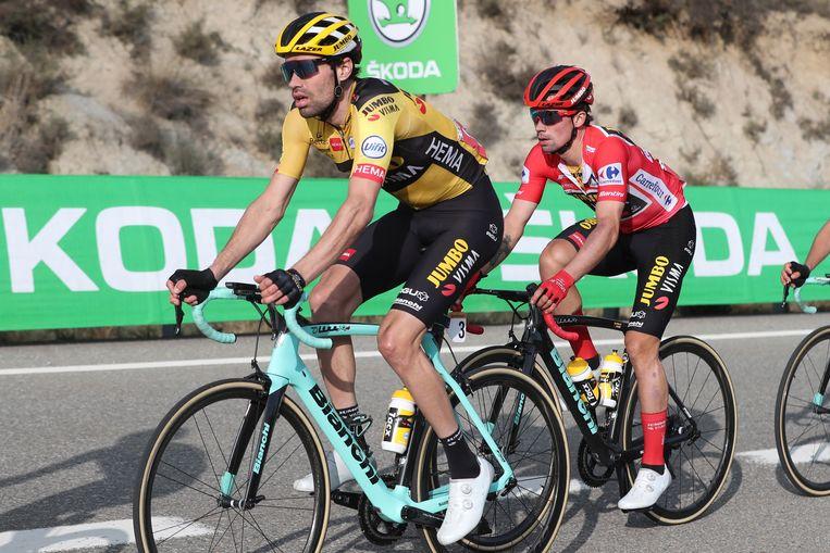 Dumoulin, op de voorgrond, met zijn ploeggenoot Primoz Roglic, die de leiding heeft in de Vuelta. Beeld EPA