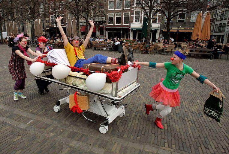 CliniClowns op reis naar een ziekenhuis in Den Haag. Beeld ANP