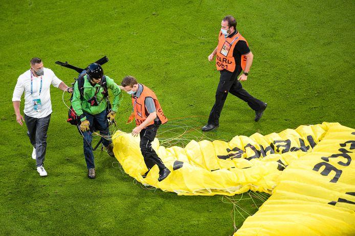 Un homme de greenpeace en parachute rentre sur la pelouse