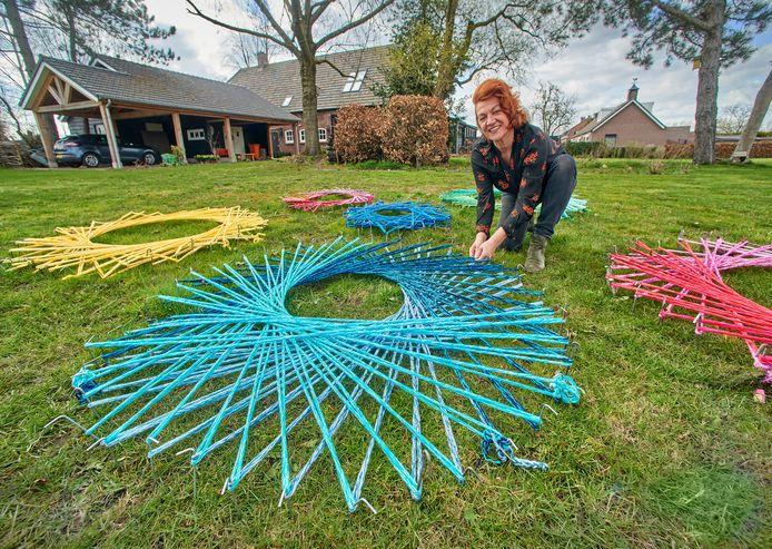 Carin Simons experimenteert met de gebreide koorden van Het Netwerk en vormt ze om tot kunstwerken.