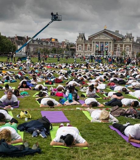 Zo werd de Internationale Dag van de Yoga in Amsterdam gevierd