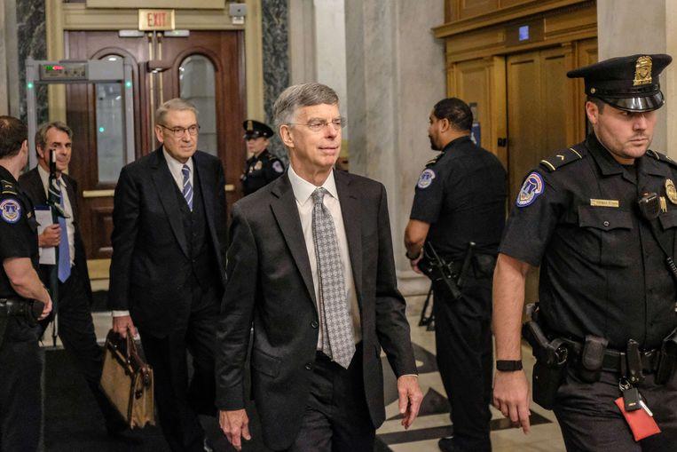 Bill Taylor, de hoogste Amerikaanse diplomaat in Oekraïne verlaat Capitol Hill nadat hij bezwarende informatie over Trum verstrekt had. Beeld AFP