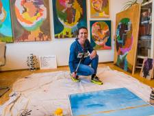 Met de selfiestick heet Nathalie van Barneveld het publiek welkom in haar atelier in Hengelo