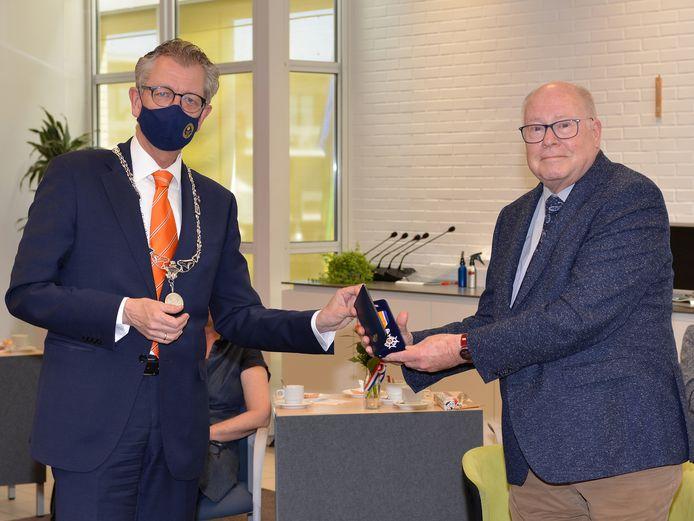 Burgemeester Gerrit Jan Gorter reikt de onderscheiding uit aan Reinder Bruinsma