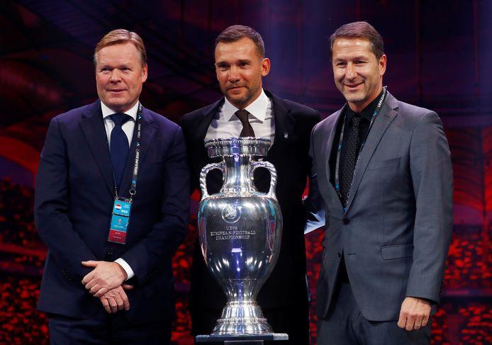 Nederlands bondscoach Ronald Koeman (links), Oekraïense bondscoach Andriy Shevchenko (midden) en Oostenrijks trainer Franco Foda (rechts).