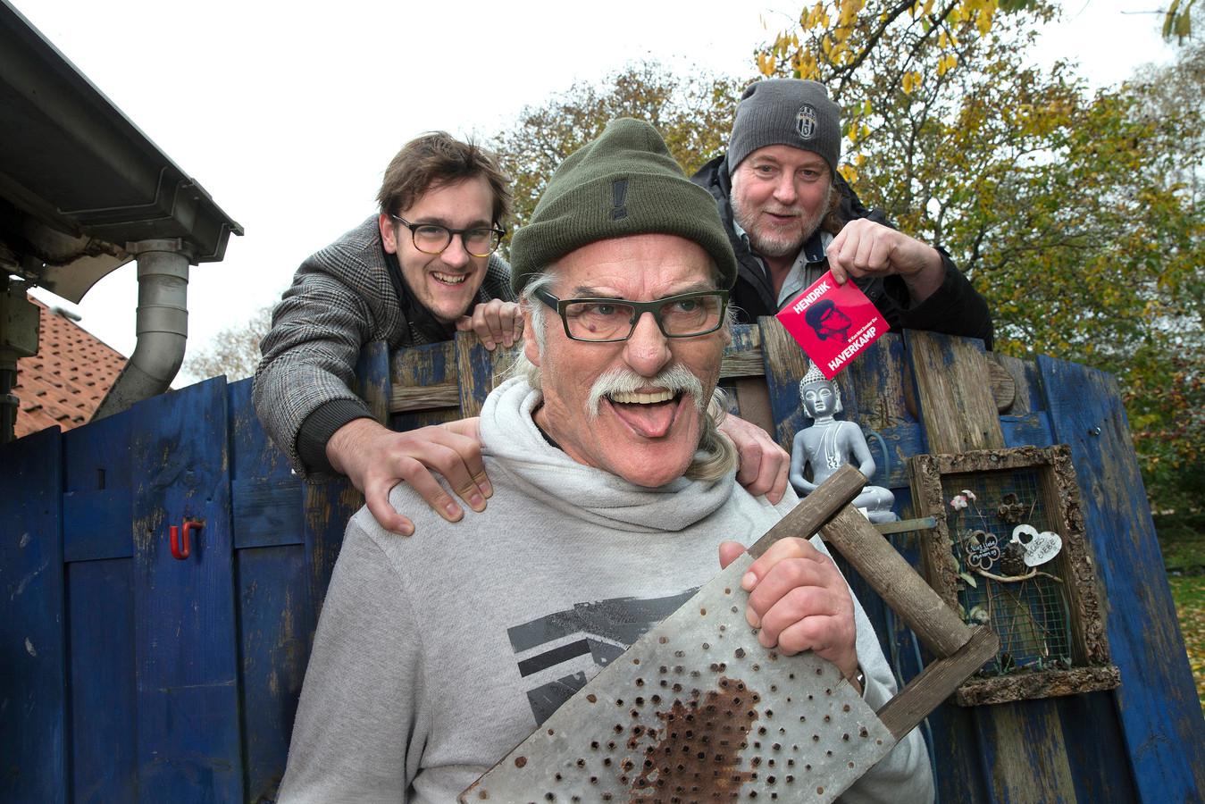 Henk Wolters alias Hendrik Haverkamp. Met links van hem gitarist Bas Straalman en rechts drummer Rens Hardijzer.