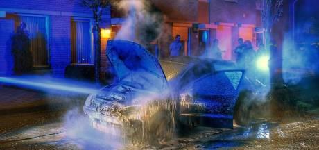 Omwoners blussen autobrand in Valkenswaard